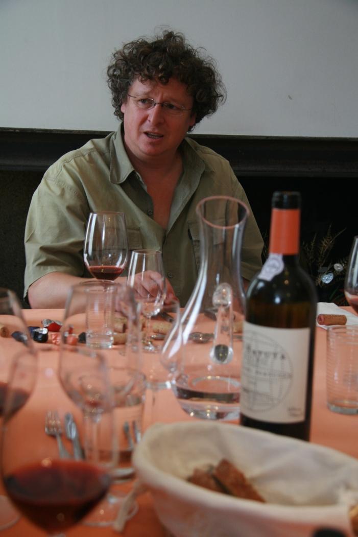 Dirk Niepoort mit Batuta am Tisch