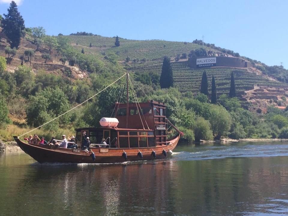 Rabelos gleiten auf dem Douro-Fluss aneinander vorbei