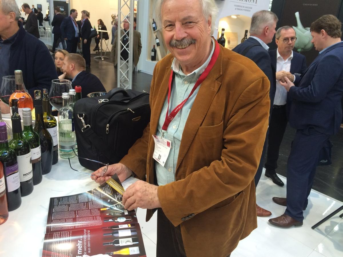 Paul Grote mit dem Porto & Douro Magazin auf der Prowein