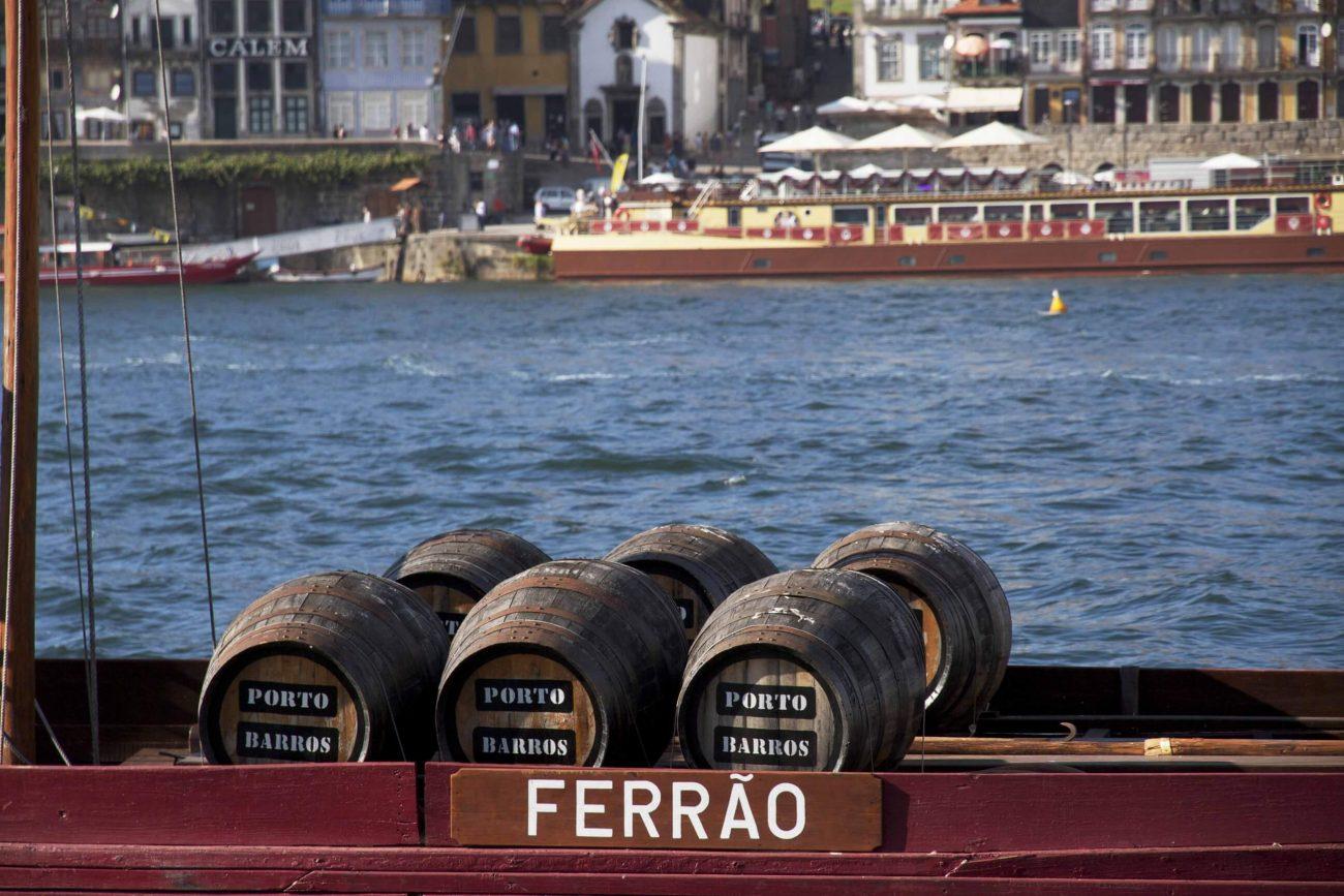 Portweinfässer auf den Rabelos