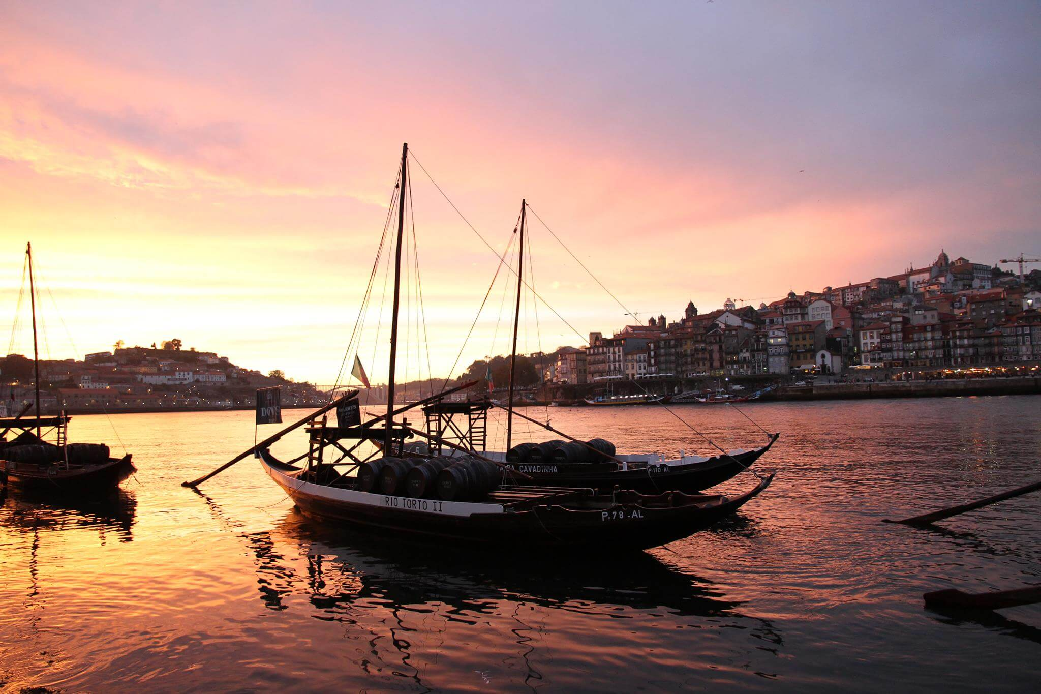 Porto Douro Fluss Ribeira Boote im Sonnenuntergang
