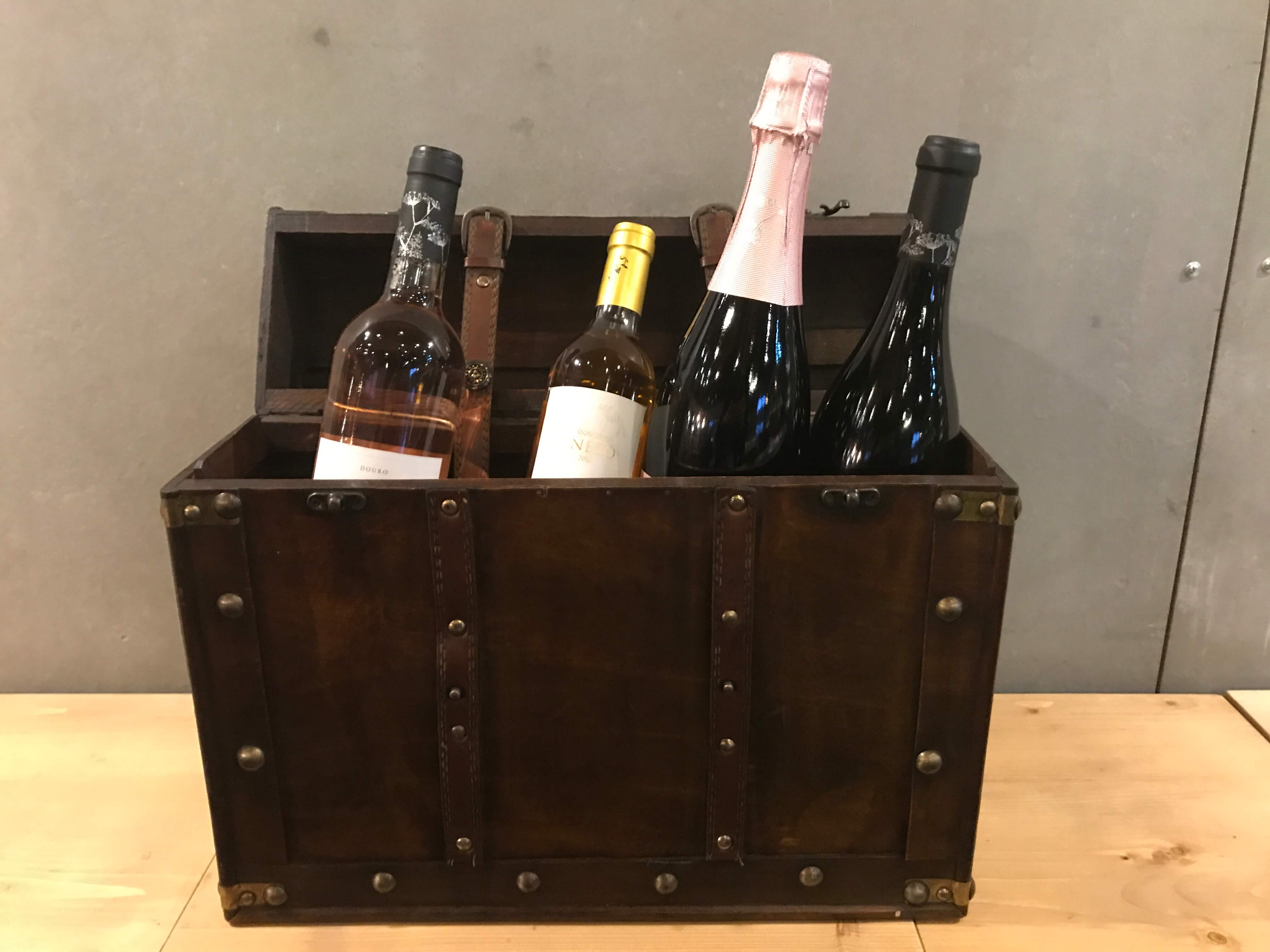 Weinkiste mit Portwein und Douro-Wein als Geschenk