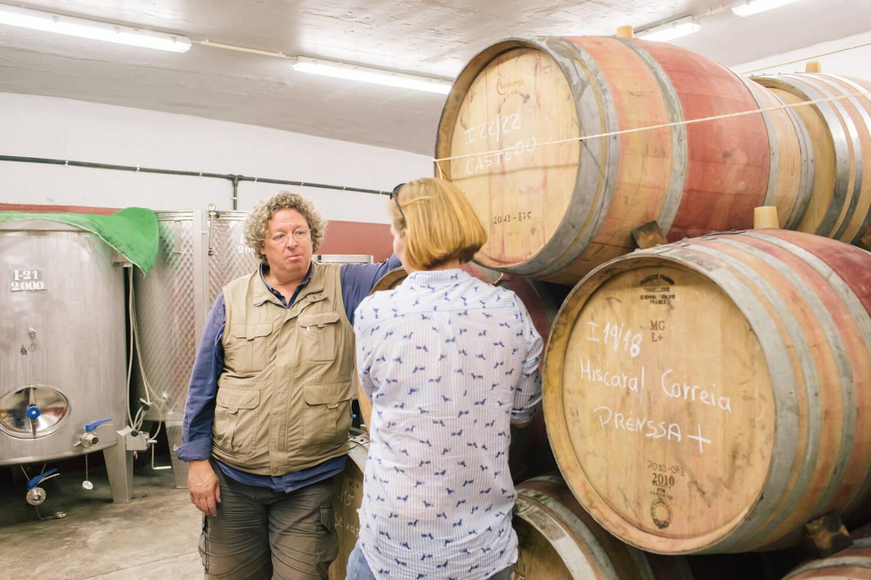 Papas und Weinfässer im Weinkeller von Vale de Mendiz bei den Niepoorts